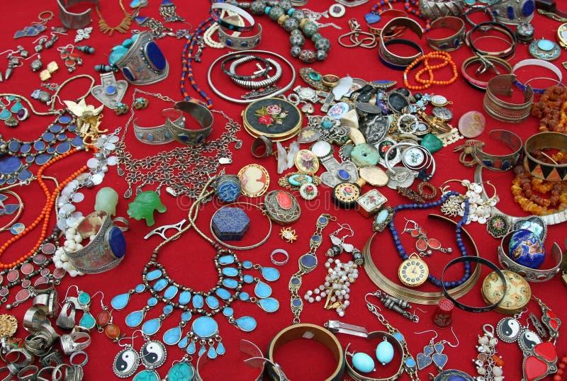 Pulseras de los collares y vintage precioso de las joyas en la marca de la pulga fotografía de archivo libre de regalías