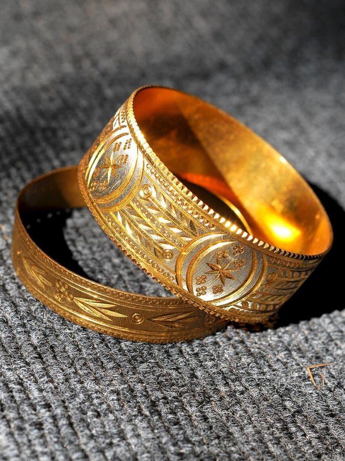 Pulseras de oro fotografía de archivo