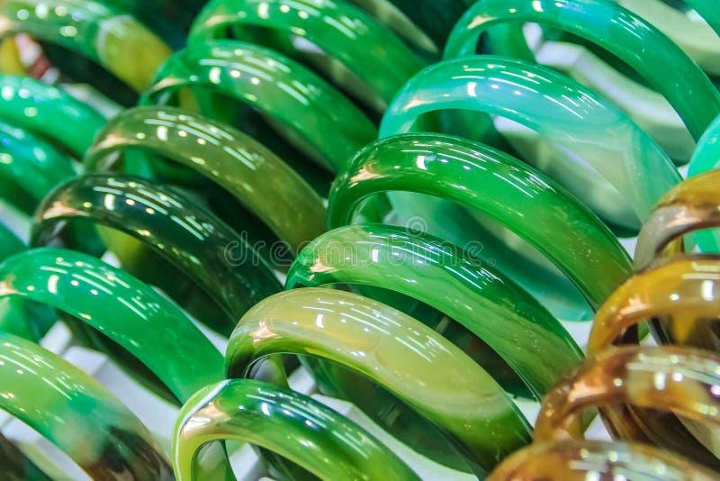 Pulseras del jade en el mercado foto de archivo