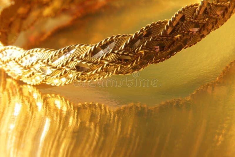 Pulseras del oro imagenes de archivo
