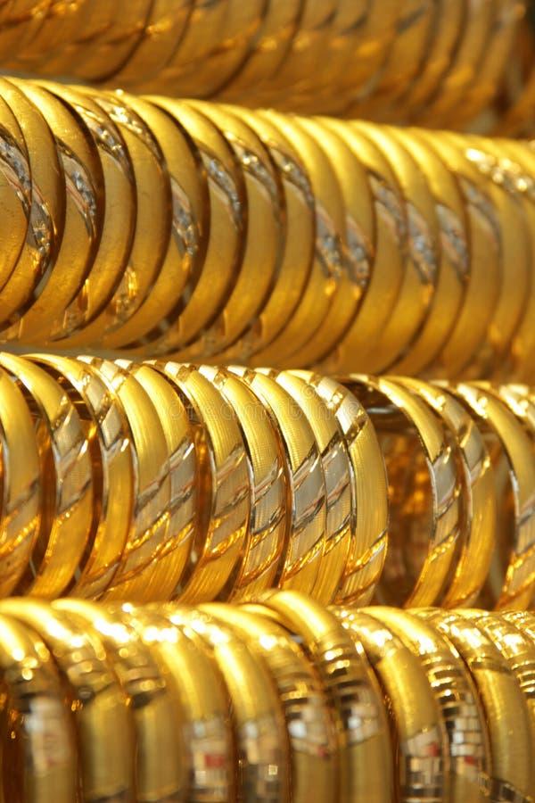 Pulseras del oro fotografía de archivo