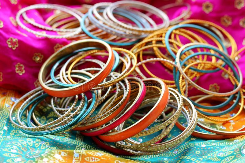 Pulseras indias en el mant?n hermoso Manera india foto de archivo libre de regalías