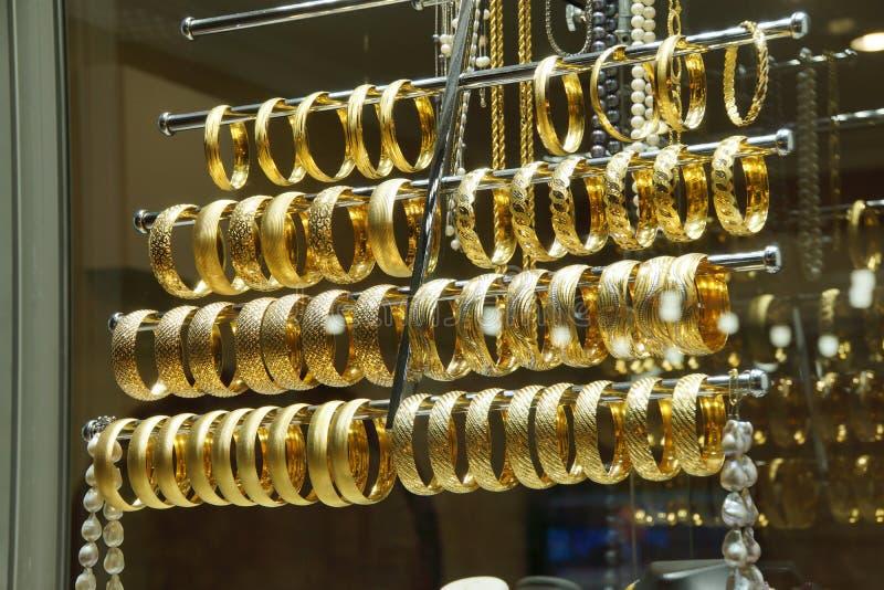Pulseras y brazaletes del oro imágenes de archivo libres de regalías