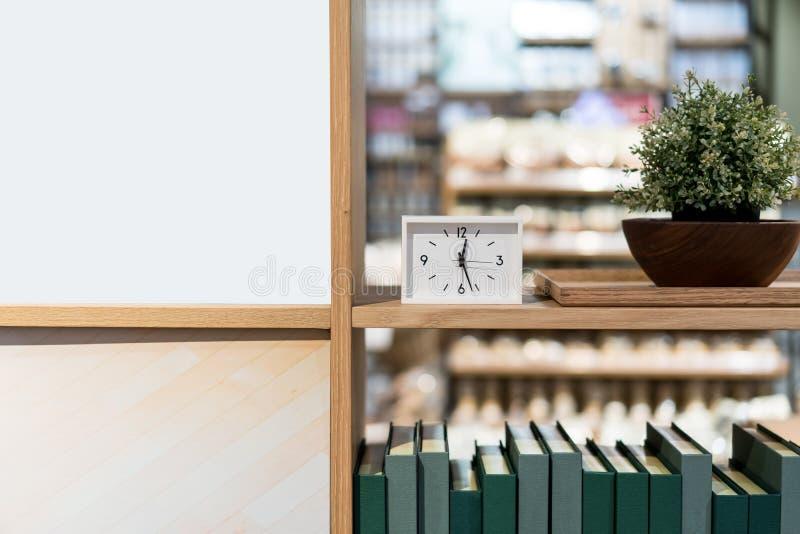 Pulso de disparo branco moderno do retângulo na prateleira de madeira com plantação e foto de stock royalty free