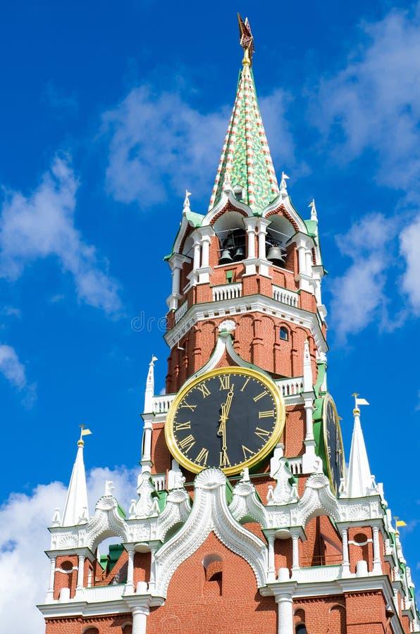 Pulso de disparo da torre e do Kremlin de Spasskaya Quadrado vermelho, Moscovo imagens de stock
