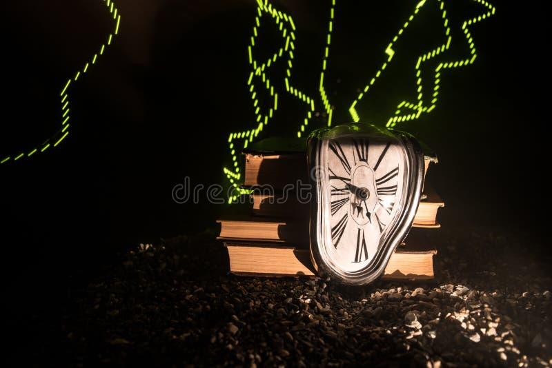 Pulso de disparo de derretimento macio distorcido em um banco de madeira, a persistência da memória de Salvador Dali imagem de stock royalty free