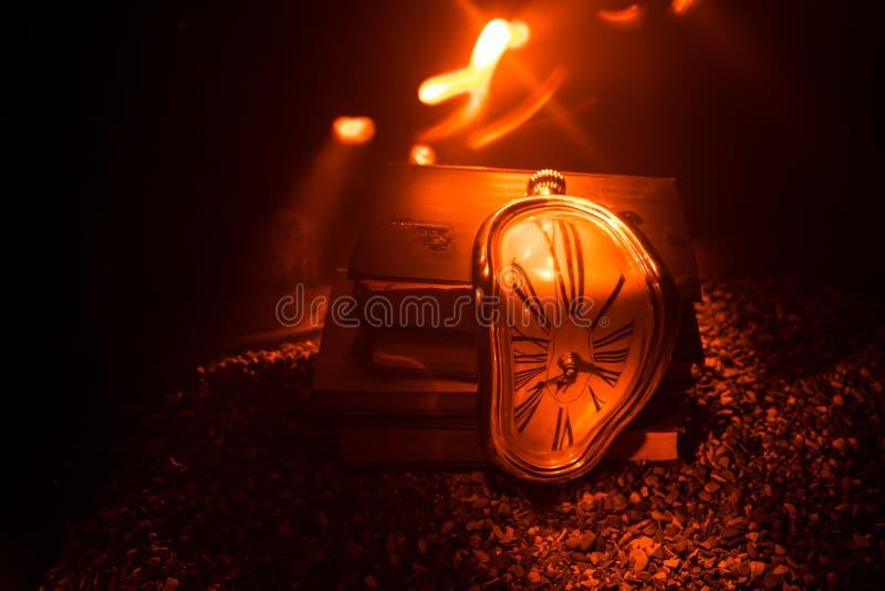 Pulso de disparo de derretimento macio distorcido em um banco de madeira, a persistência da memória de Salvador Dali fotografia de stock royalty free