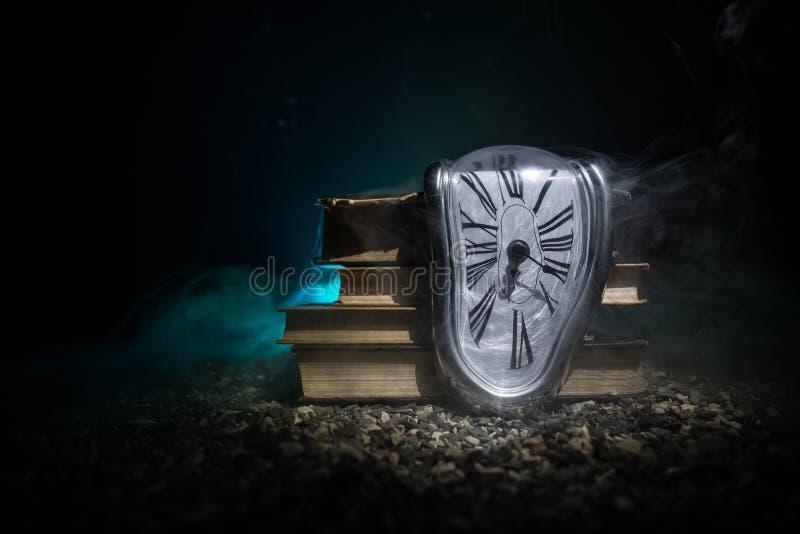 Pulso de disparo de derretimento macio distorcido em um banco de madeira, a persistência da memória de Salvador Dali imagem de stock