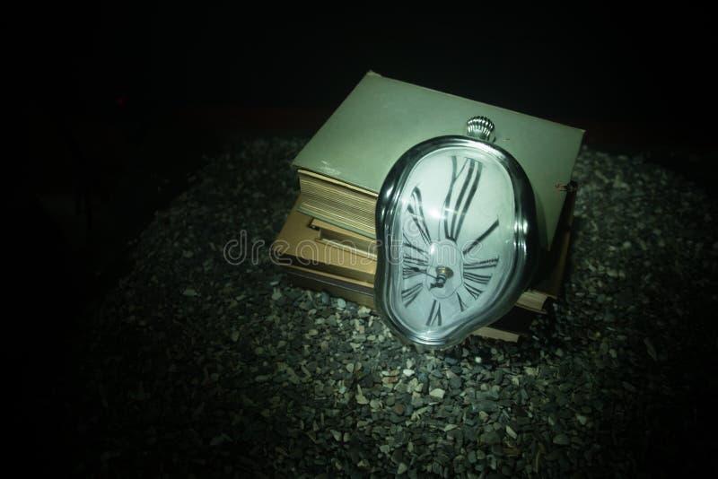 Pulso de disparo de derretimento macio distorcido em um banco de madeira, a persistência da memória de Salvador Dali fotos de stock royalty free