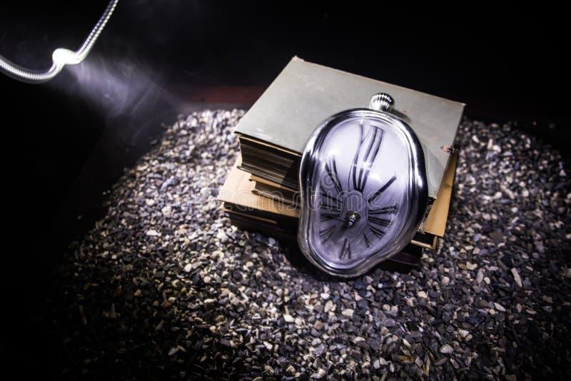 Pulso de disparo de derretimento macio distorcido em um banco de madeira, a persistência da memória de Salvador Dali fotografia de stock