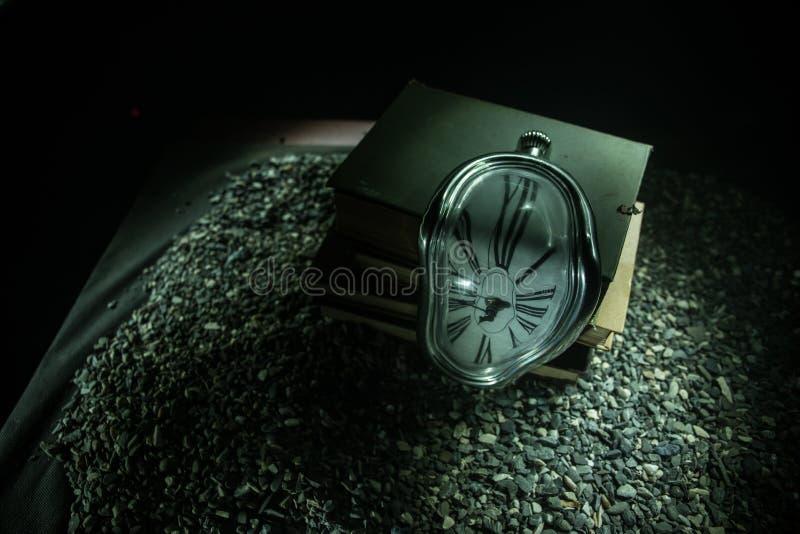 Pulso de disparo de derretimento macio distorcido em um banco de madeira, a persistência da memória de Salvador Dali fotos de stock