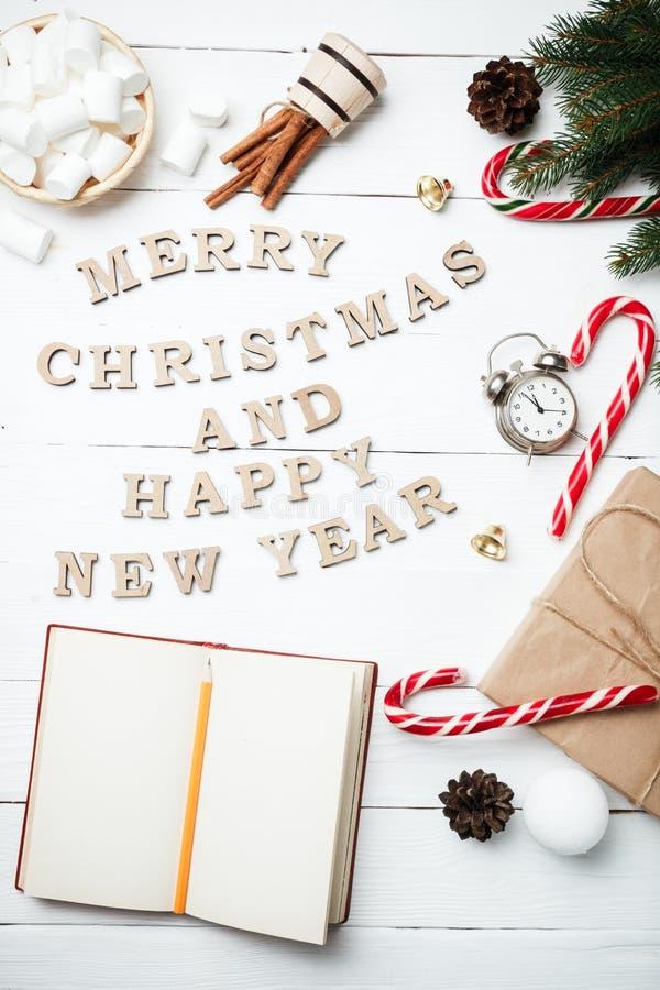 Pulso de disparo do bloco de notas do conceito do ano novo da composição do Natal com xmas g imagem de stock royalty free