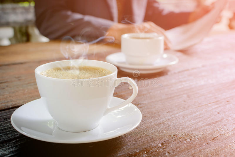pulso de disparo do copo de café e papel da notícia no backg de madeira velho da natureza da tabela foto de stock