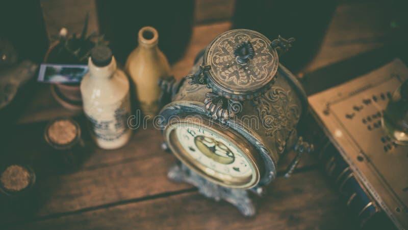 Pulso de disparo do vintage na mesa de madeira foto de stock royalty free