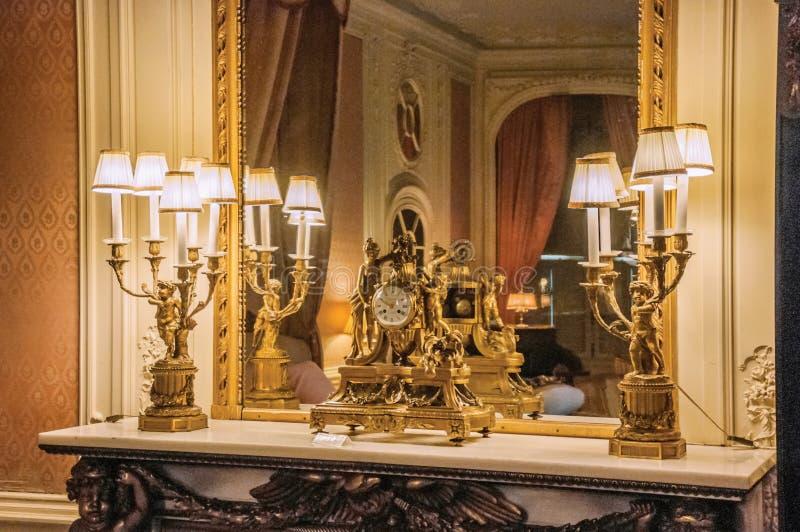 Pulso de disparo dourado luxuoso sobre a prateleira no quarto do De Haar Castle imagem de stock