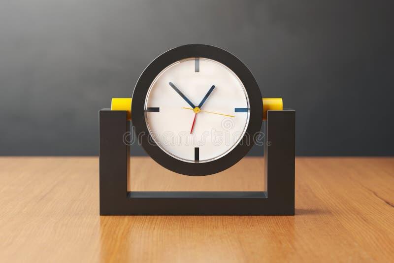 Pulso de disparo preto e amarelo em uma tabela de madeira ilustração 3D imagem de stock