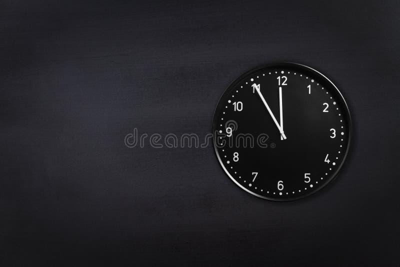 Pulso de disparo preto que mostra cinco minutos à meia-noite no fundo preto do quadro Minuto da exibição 5 do pulso de disparo do fotos de stock