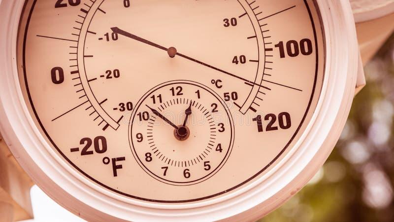 Pulso de disparo redondo do termômetro que mostra sobre 110 graus imagens de stock
