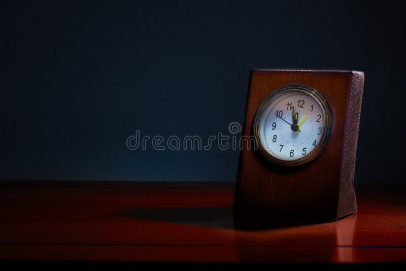 Pulso de disparo velho da mesa do negócio na tabela de madeira na noite com o tempo s imagem de stock royalty free