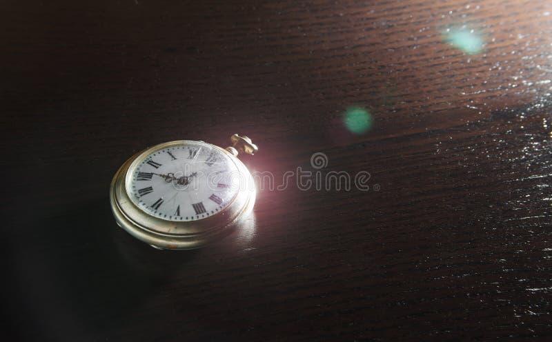 Pulso de disparo velho na mesa imagens de stock