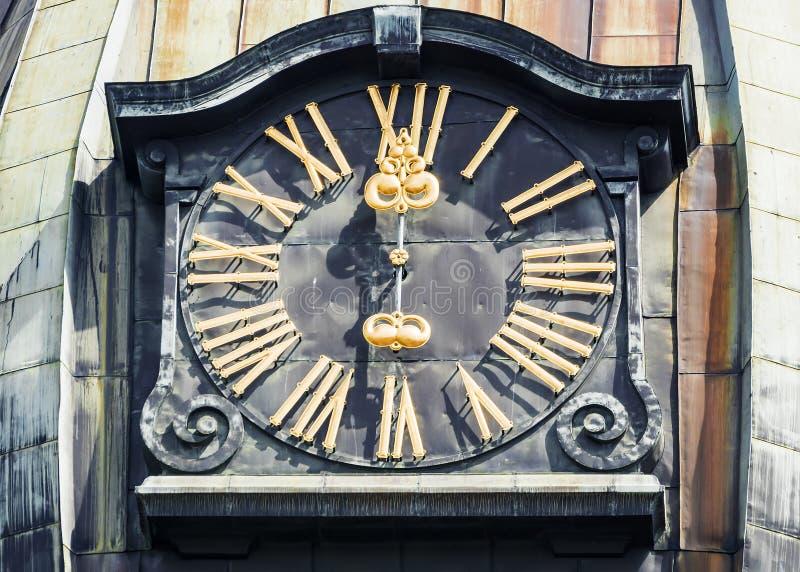 Pulso de disparo velho na torre de sino de St Peter em Riga imagem de stock royalty free
