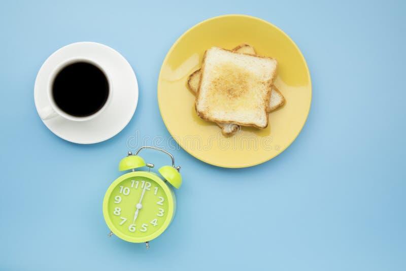 Pulso de disparo verde em seis horas do ` do tomar o café da manhã com coff preto quente fotografia de stock