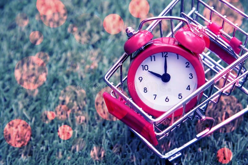 Pulso de disparo vermelho no carrinho de compras, falta de tempo, perda de tempo, comprando o tempo, conceito de compra, conceito fotografia de stock