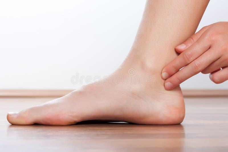 Pulso del control del doctor a pie fotografía de archivo