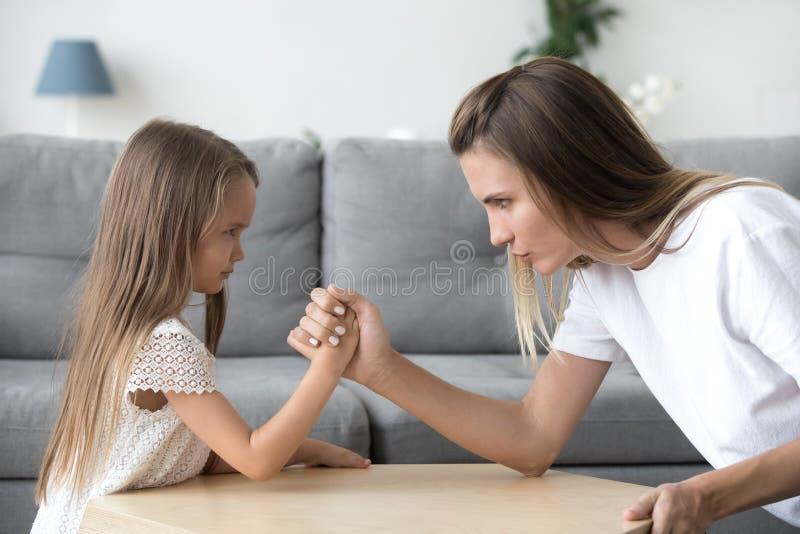 Pulso serio de la hija de la mamá y del niño que tiene confrontación imagen de archivo libre de regalías
