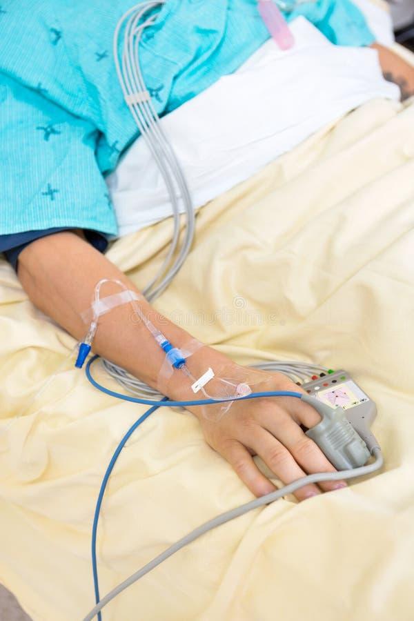 Pulsu Oximeter Dołączający pacjenta palec zdjęcie stock