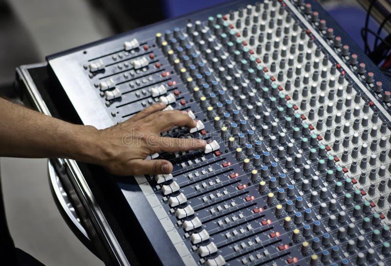 Pult sonore moderne de mélange photographie stock libre de droits