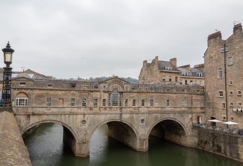 Pulteney bro i bad på en molnig dag royaltyfri fotografi