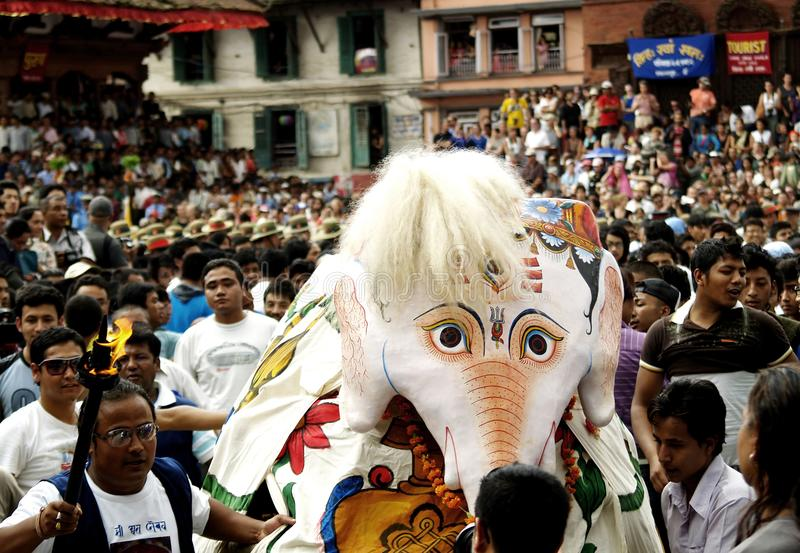 Pulu Kisi elefantdans i Indra Jatra i Katmandu, Nepal arkivbilder