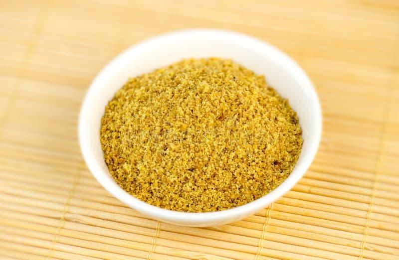 Pulvérin de semence d'oeillette dans la cuvette blanche photographie stock