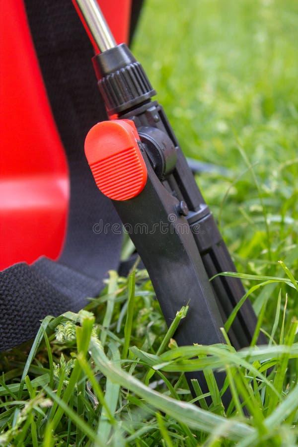 Pulvérisateur de la poignée d'herbe d'herbicide, pulvérisateurs de jardin de poignée de plan rapproché pour l'agriculture sur l'h photos libres de droits