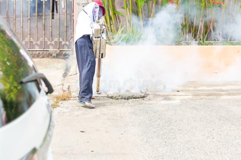 Pulvérisateur de moustique de contrôle d'homme tuant des insectes et embrumant pour éliminer le moustique pour empêcher le virus  image libre de droits