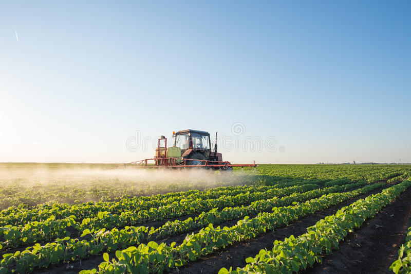 Pulvérisation de tracteur photographie stock libre de droits