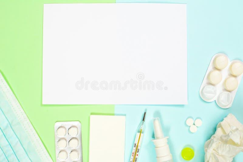 Pulvérisation nasale, médecines, thermomètre, masque médical, mouchoirs, sur le fond vert-bleu Traitement de froid et de grippe photos stock