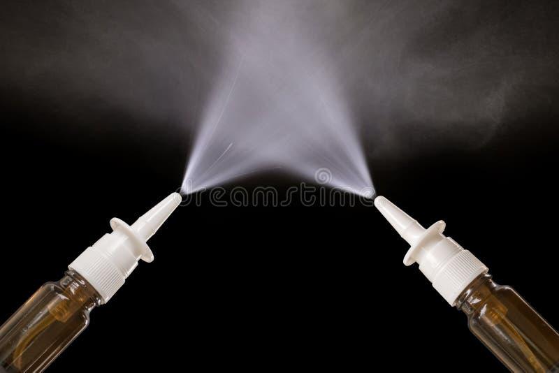 Pulvérisations nasales de pulvérisation devant le fond noir avec l'espace de copie photos libres de droits