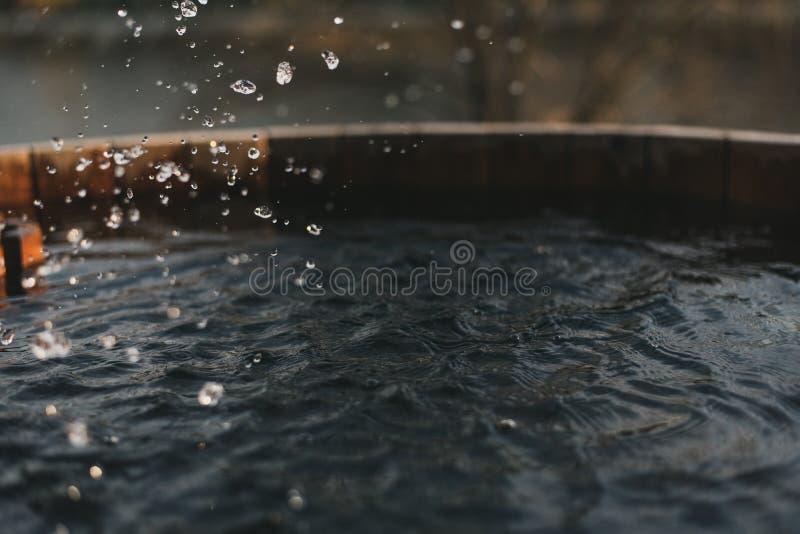 Pulvérisez l'eau propre dans un puits rempli Puits en bois avec de l'eau photos stock