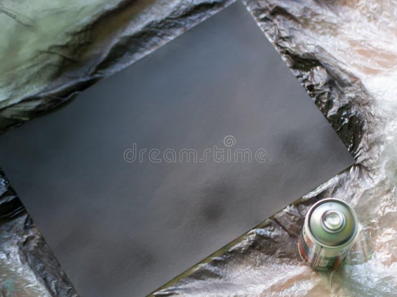 Pulvérisez la peinture avec une peinture noire photographie stock