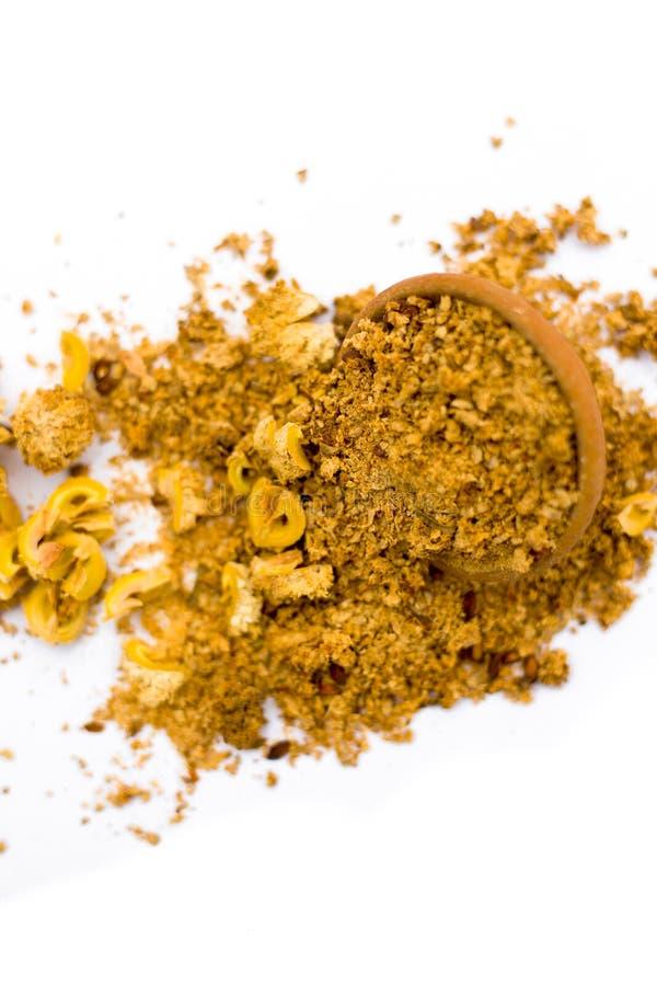 Pulver av amlaen eller det indiska krusbäret i en lerabunke som isoleras på vit royaltyfria foton