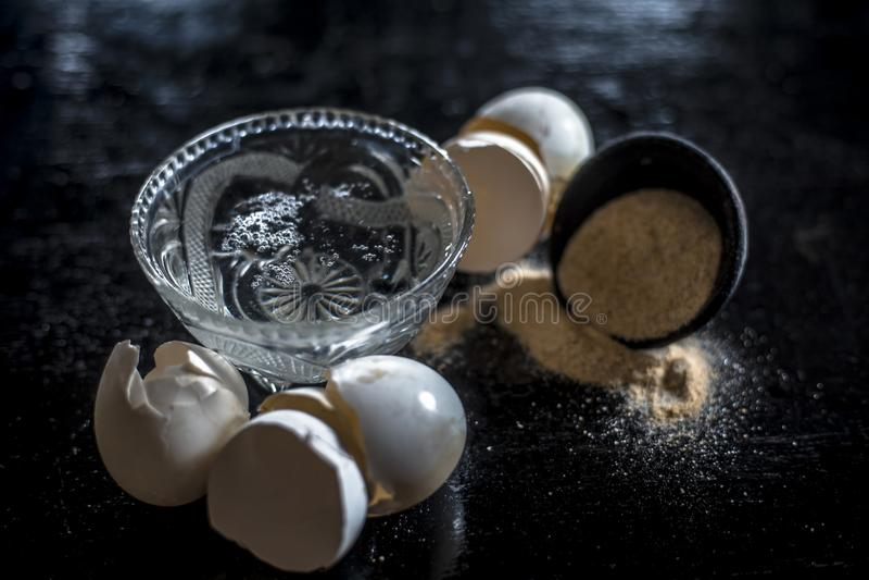 Pulver- eller jordningsäggskal med varmt vatten som används som ett kalciumtillägg och som är populärt i Asien och Indien arkivbild