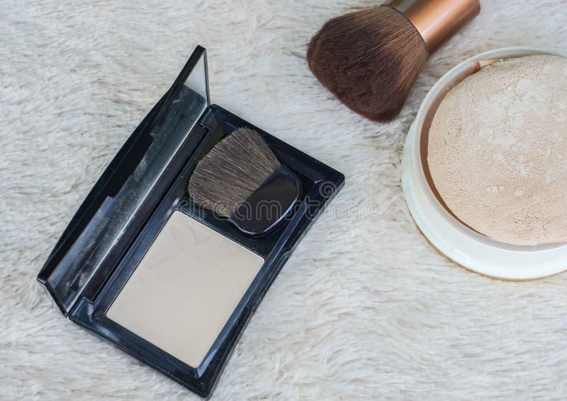 Pulver för slut för lägenhet lekmanna- pressande upp med skönhetborsten arkivfoton