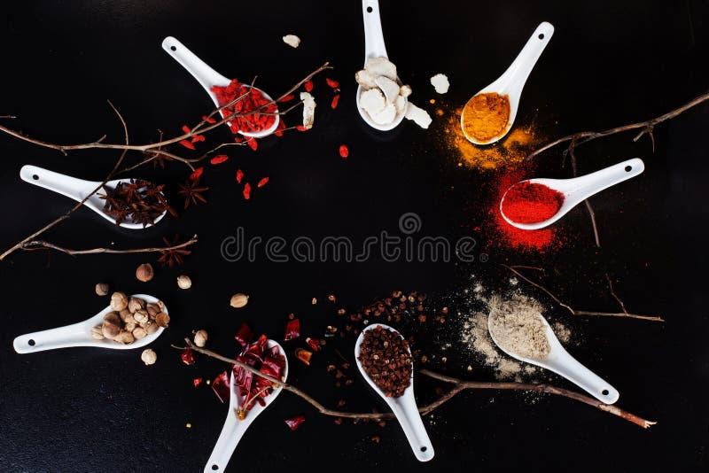 Pulver för svart för ingredienser för curry för gurkmeja för chili för utrymmebakgrundskryddor bästa jord arkivfoton