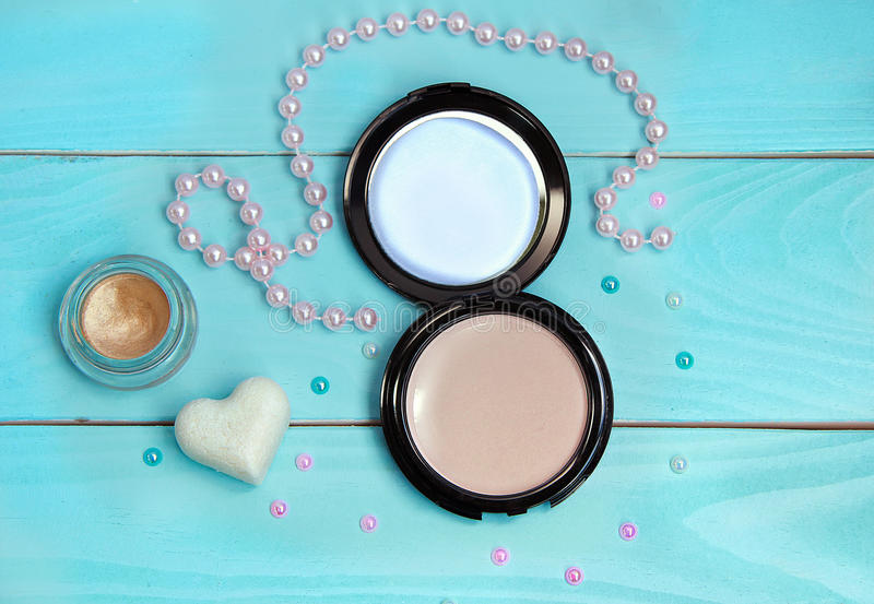 Pulver, Lidschatten, Seife und Perlen lizenzfreie stockbilder