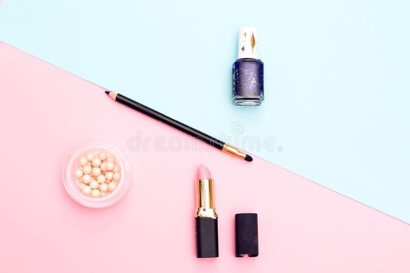 Pulver spikar polermedel, pulver på blått med rosa bakgrund Sikt f arkivfoto