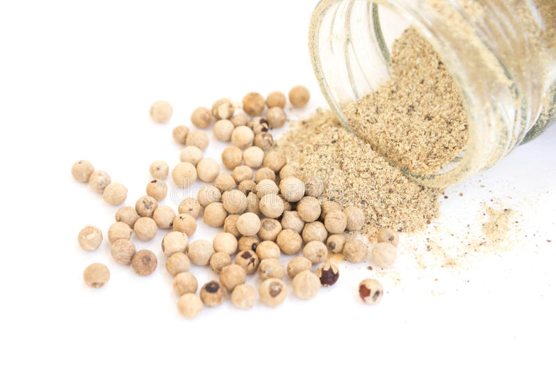 Pulver und Samen des weißen Pfeffers stockfoto