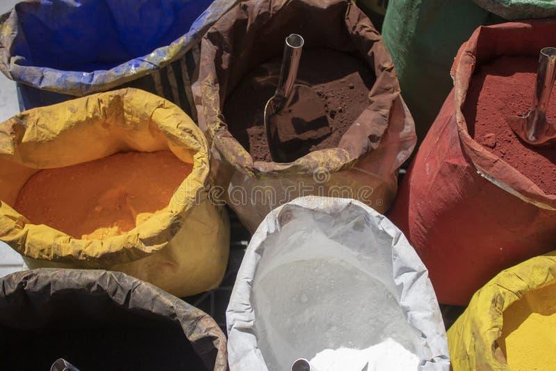 Pulverisieren Sie Beschichtung in den verschiedenen Farben, um den Bereich zu füllen haben verschiedene Farben stockbild