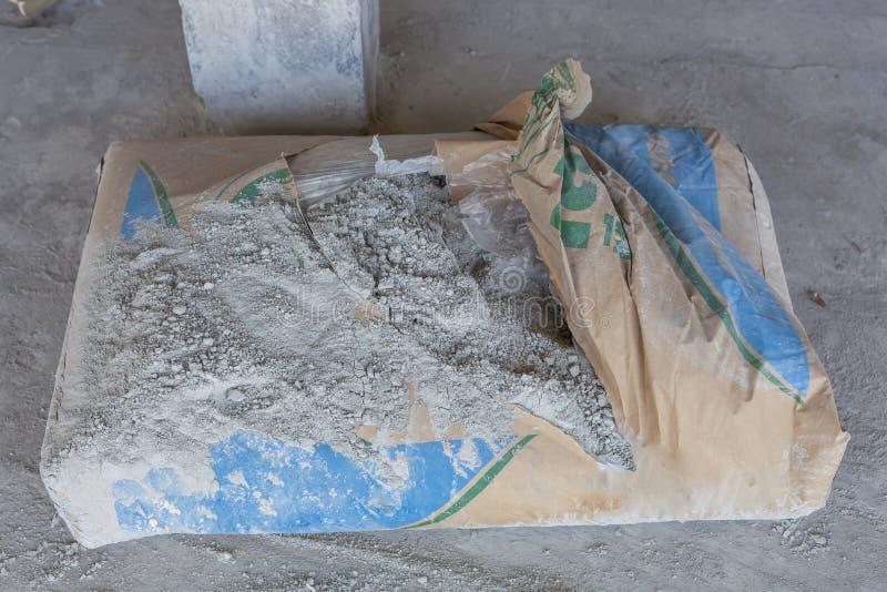 Pulverisierter Zement in den Taschen am Bruch stockfotografie